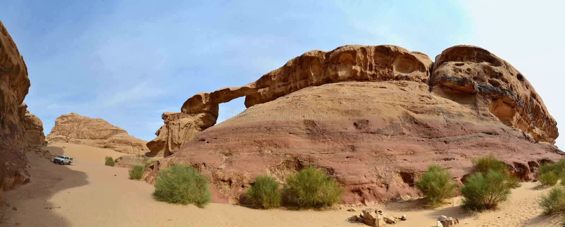Il veicolo ha sminuito dal ponte della roccia a Jebel Burdah, Wadi Rum, Giordania fotografia stock libera da diritti