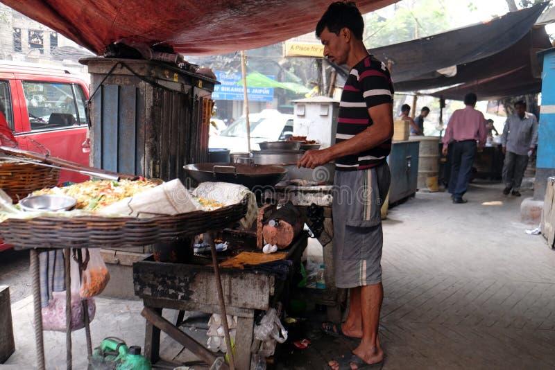 Il venditore di alimento della via produce gli spuntini fritti in Calcutta immagine stock