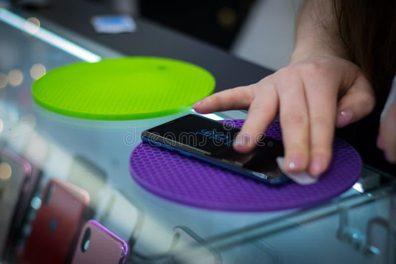 Il venditore infligge sul rivestimento protettivo dello schermo del telefono immagini stock libere da diritti