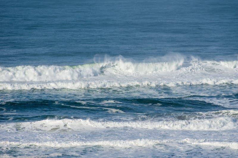 Il vento getta lo spruzzo dalle onde di rottura fotografie stock libere da diritti