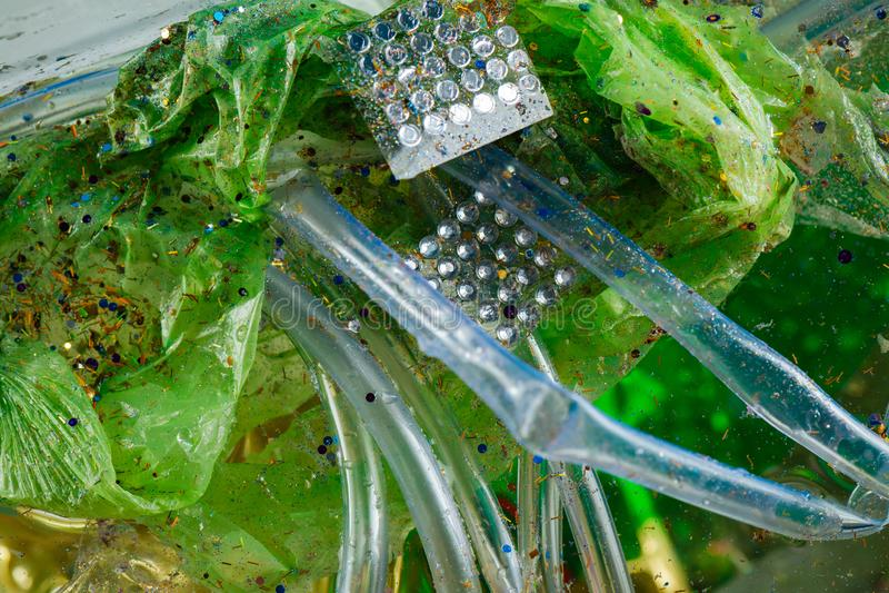 Il verde ha corrugato la borsa usata mista con la decorazione di cristallo fotografia stock libera da diritti