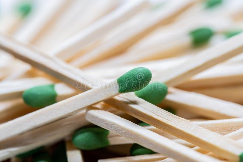 Il verde ha diretto le partite di legno immagini stock