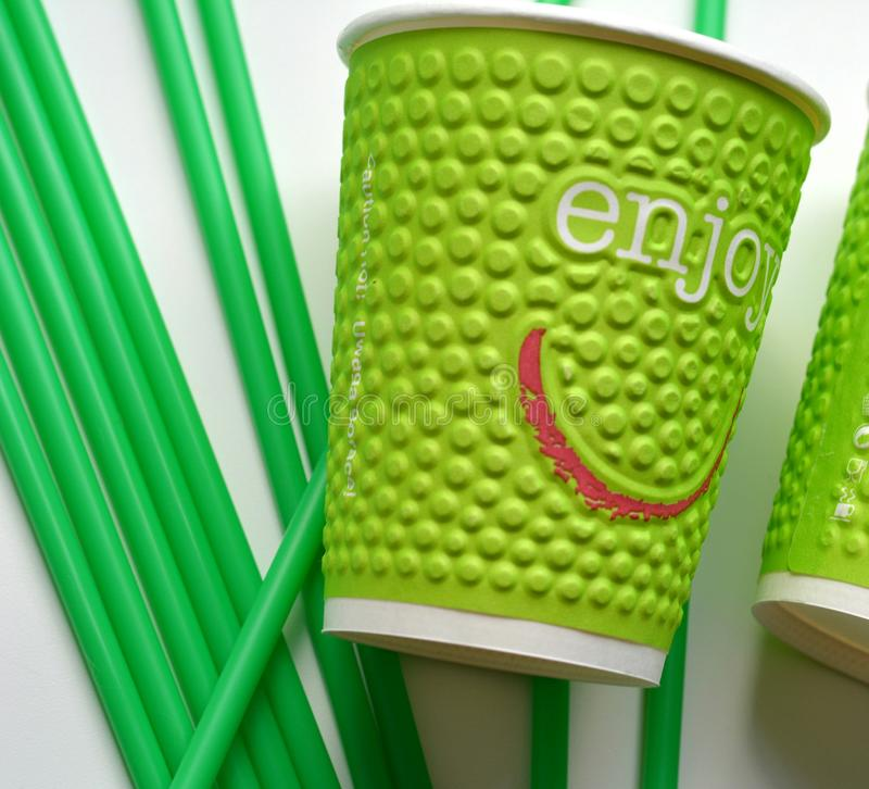 Il verde obietta i tubi e la tazza fotografie stock