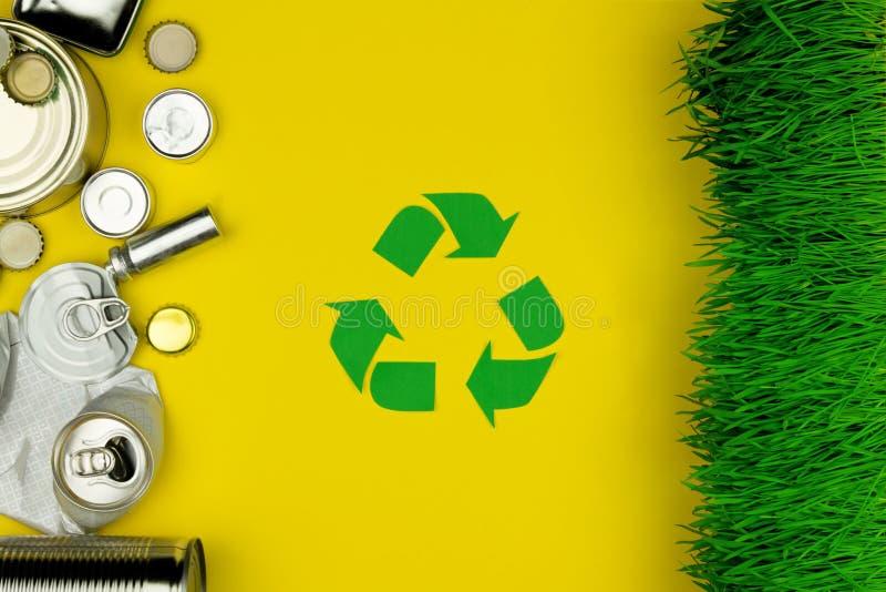 Il verde ricicla il segno con i rifiuti dell'alluminio del metallo immagine stock