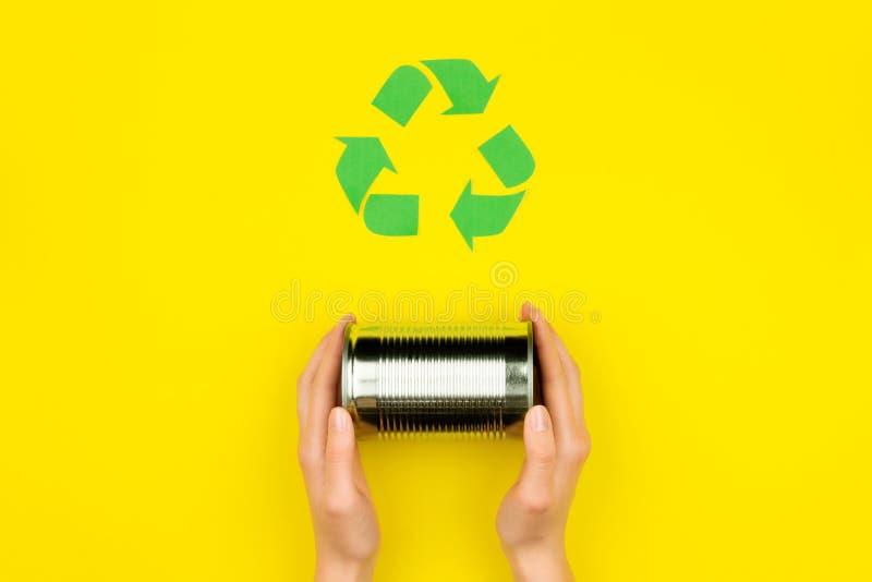 Il verde ricicla il segno con la latta di alluminio del metallo immagine stock