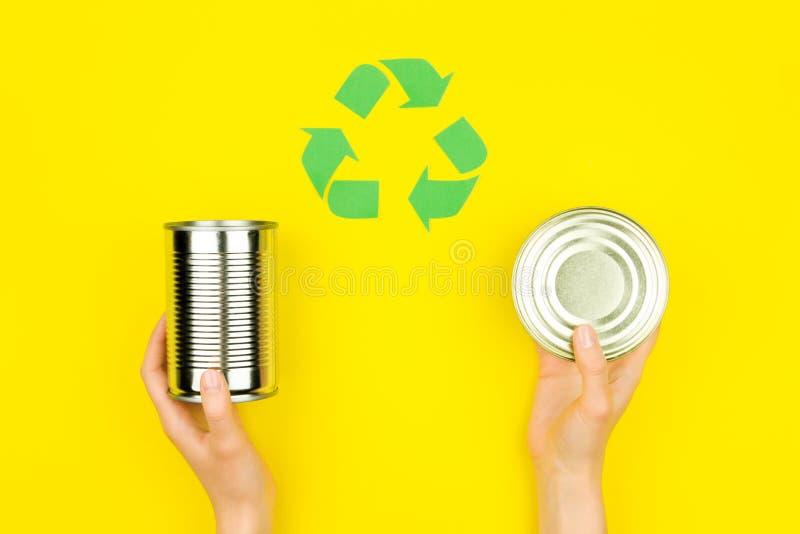 Il verde ricicla il segno con la latta di alluminio del metallo immagine stock libera da diritti