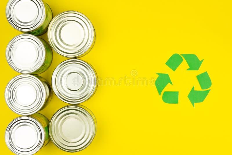 Il verde ricicla il segno con le latte di alluminio del metallo fotografie stock libere da diritti
