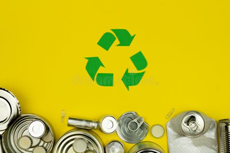 Il verde ricicla il segno con le latte di alluminio del metallo, coperture, barattoli fotografia stock libera da diritti