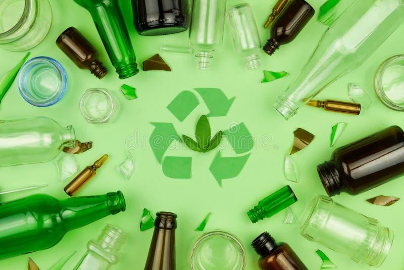 Il verde ricicla il simbolo del segno con l'immondizia di vetro dei rifiuti immagine stock