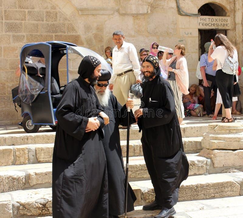 Il vescovo copto visita il santo sotterra a Gerusalemme immagine stock libera da diritti