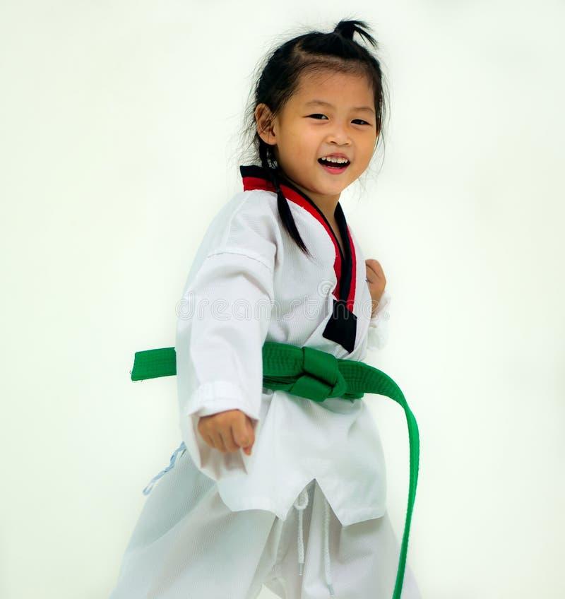 Il vestito bianco d'uso del Taekwondo della ragazza asiatica sostituto aspetta per combattere, fotografie stock libere da diritti
