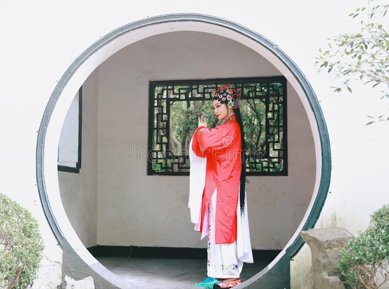 Il vestito tradizionale dal gioco di dramma della Cina di Aisa dell'attrice di Pechino Pechino di opera dei costumi del giardino  fotografie stock libere da diritti