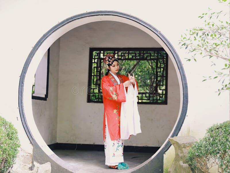 Il vestito tradizionale dal gioco di dramma della Cina di Aisa dell'attrice di Pechino Pechino di opera dei costumi del giardino  immagine stock libera da diritti