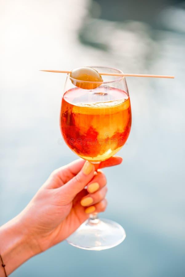 Il vetro con spritz la bevanda dell 39 alcool di aperol for Bicchiere da spritz
