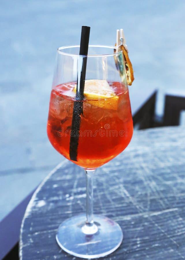 Il vetro del aperol spritz il cocktail - champagne con succo d'arancia fresco fotografia stock libera da diritti