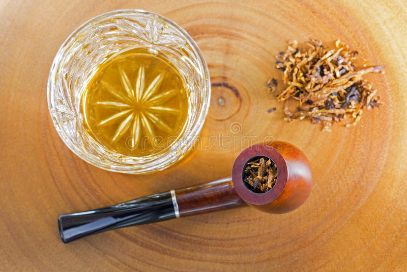 Il vetro del whiskey scozzese del singolo malto accanto al classico ha mescolato l'aroma fotografia stock
