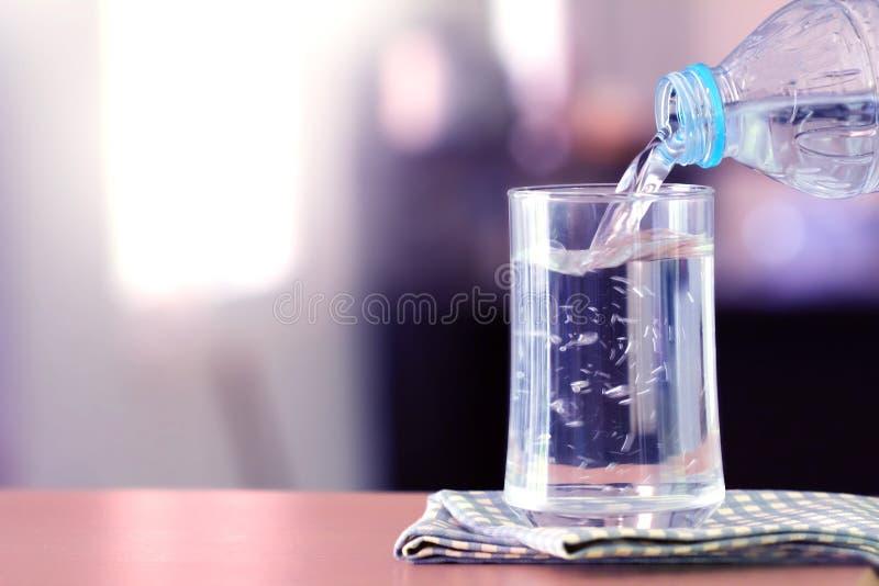 Il vetro dell'acqua purificata sulla barra della tavola nel kitchenroom fotografie stock libere da diritti