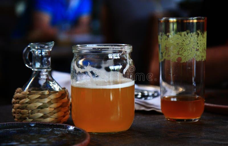 Il vetro della birra sulla tavola, si rilassa il tempo, la barra del ristorante, l'alimento e le bevande, natura morta degli ogge immagini stock libere da diritti