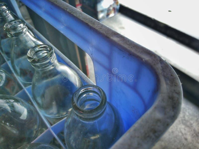 il vetro di acqua potabile è disposto in una gabbia di plastica fotografia stock libera da diritti