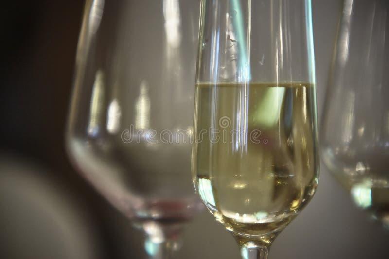 Il vetro di vino bianco immagini stock