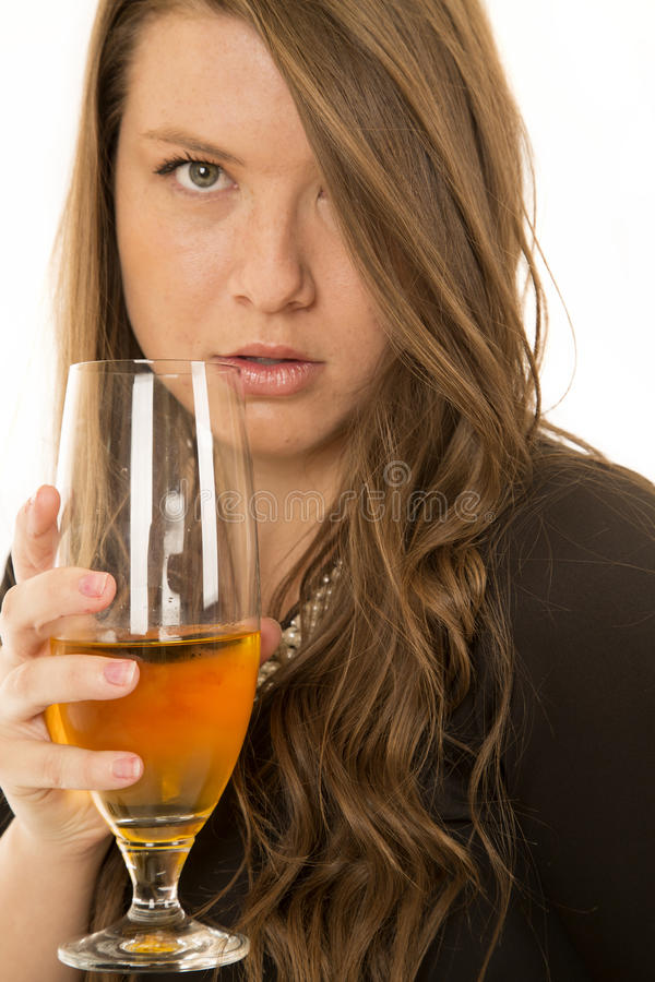 Il vetro di vino della tenuta della donna serio esamina la macchina fotografica fotografie stock libere da diritti