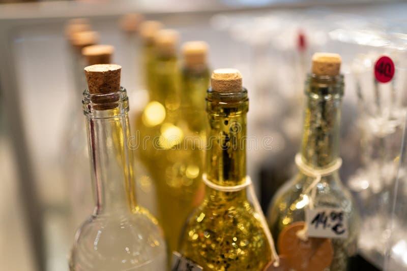 Il vetro giallo e bianco imbottiglia un negozio fotografia stock