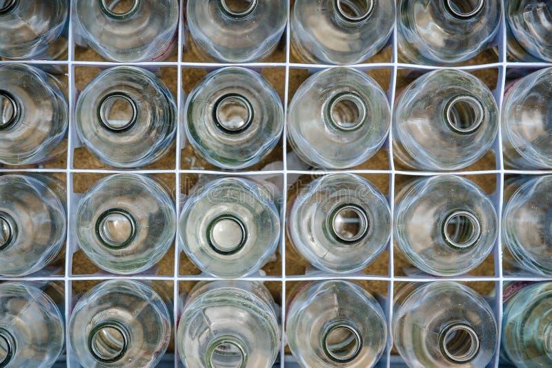 Il vetro imbottiglia la gabbia di plastica fotografia stock libera da diritti