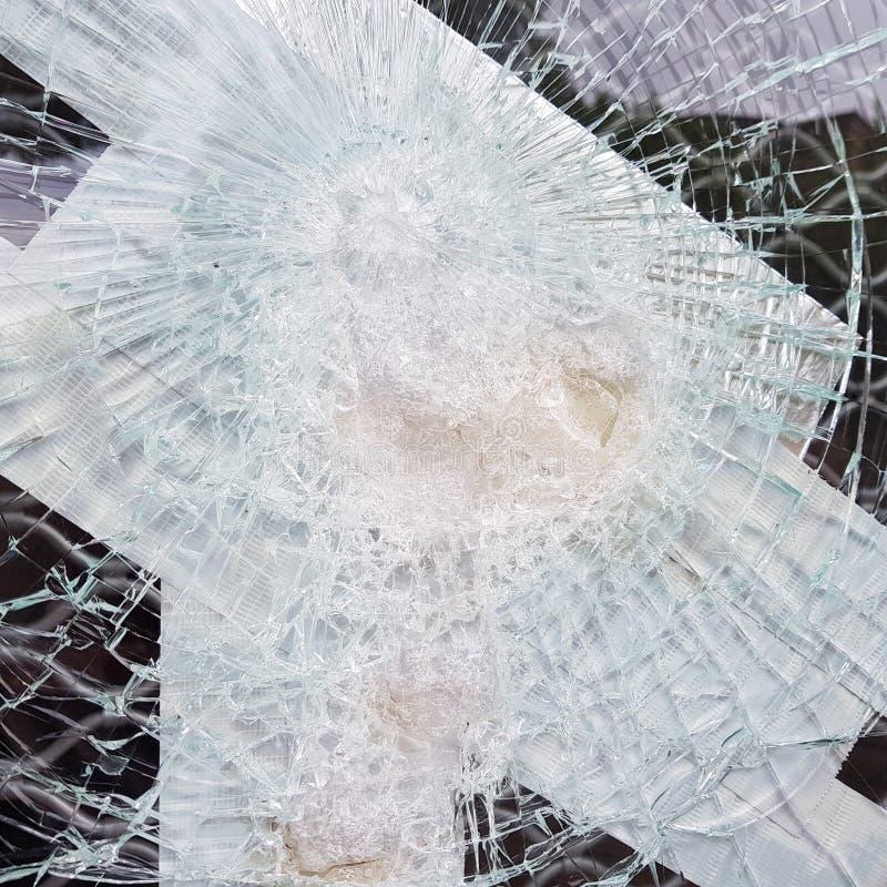 Il vetro incrinato montra con carta adesiva fotografia stock libera da diritti