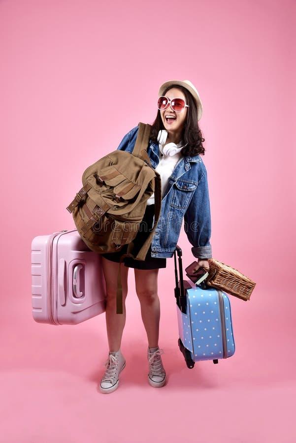 Il viaggiatore asiatico sorridente della donna porta il lotto di bagaglio, ragazza turistica felice che ha viaggio allegro di fes fotografia stock libera da diritti