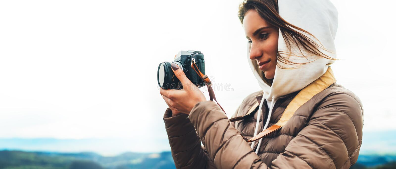 Il viaggiatore del fotografo sulla cima verde sulla montagna, sguardo turistico gode del paesaggio panoramico della natura nel vi immagini stock libere da diritti
