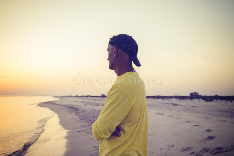 Il viaggiatore medita durante il tramonto immagini stock