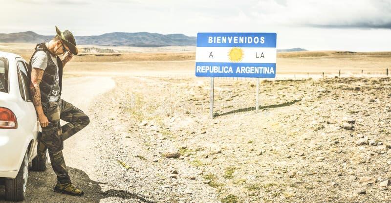 Il viaggiatore solo del giovane a si rilassa la rottura vicino al confine argentino fotografie stock