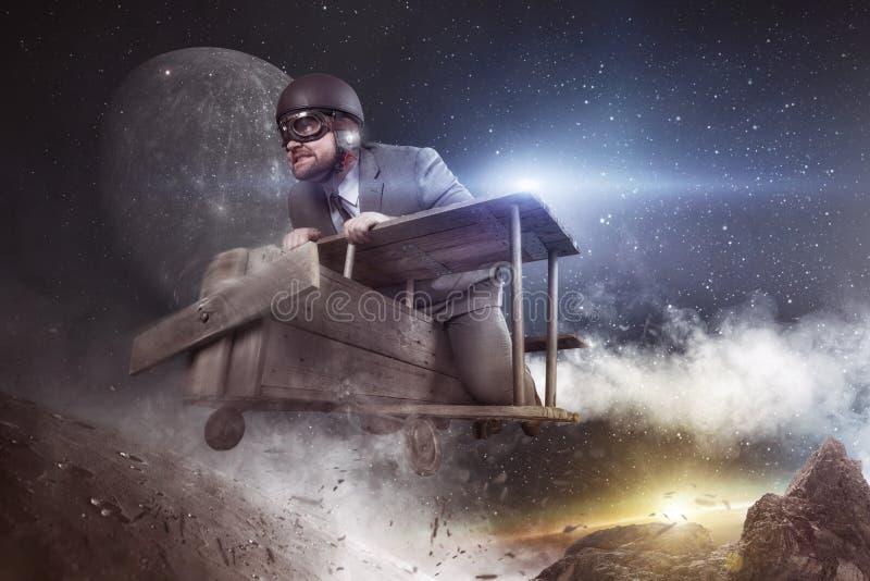 Il viaggio nello spazio è concetto enorme di affari - volo dell'uomo d'affari con l'aereo del giocattolo fotografie stock libere da diritti