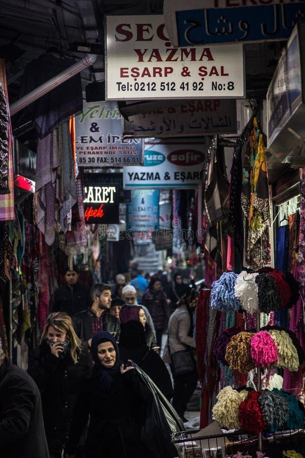 Il vicolo ammucchiato nel mercato egiziano di Costantinopoli, con le donne musulmane che portano la sciarpa islamica tradizionale fotografia stock