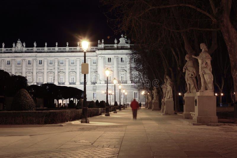 Il vicolo e le statue si avvicinano a Royal Palace maestoso fotografie stock