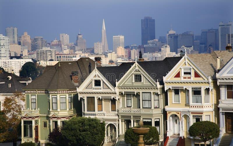 Il Victorian alloggia i grattacieli moderni San Francisco immagine stock libera da diritti