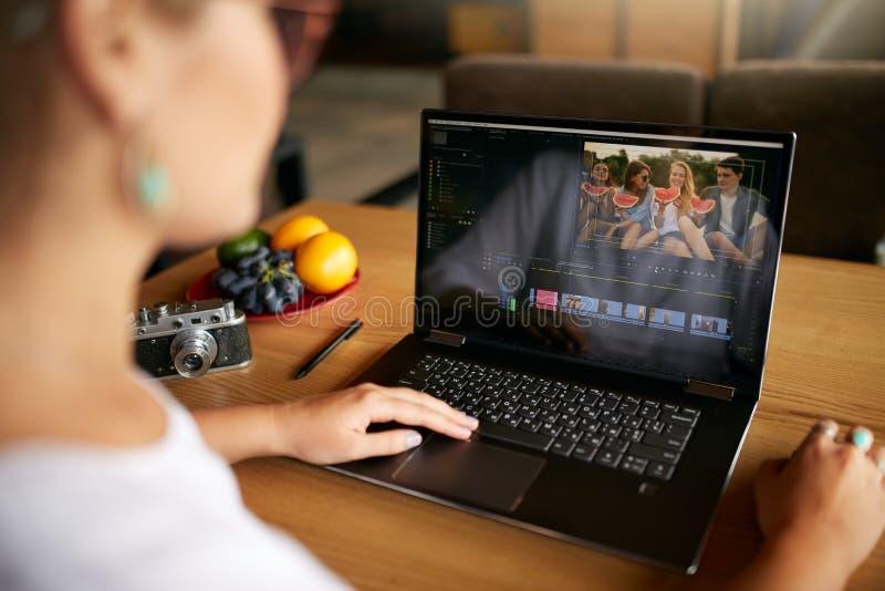 Il video redattore delle free lance funziona al computer portatile con il film che pubblica il software Vlogger di Videographer o fotografia stock libera da diritti