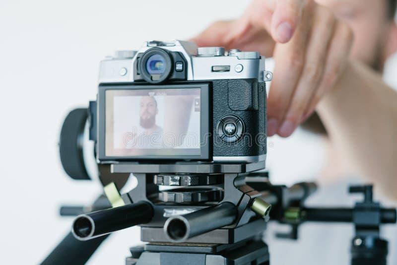 Il video uomo dell'attrezzatura di flusso continuo del blog regola la macchina fotografica fotografie stock