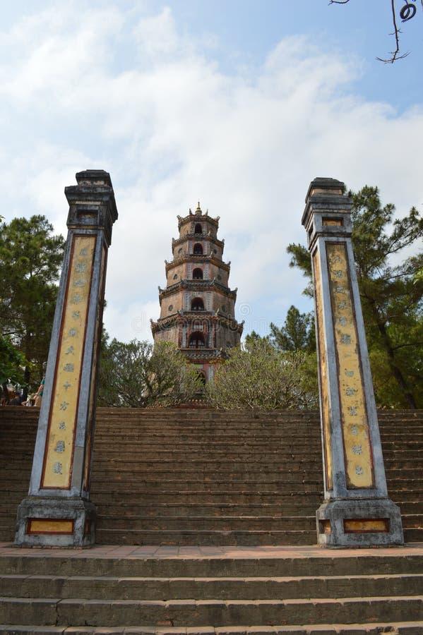 Il Vietnam - tonalità - colonne dell'ingresso e la pagoda di Celestial Lady - il Thien MU fotografia stock libera da diritti