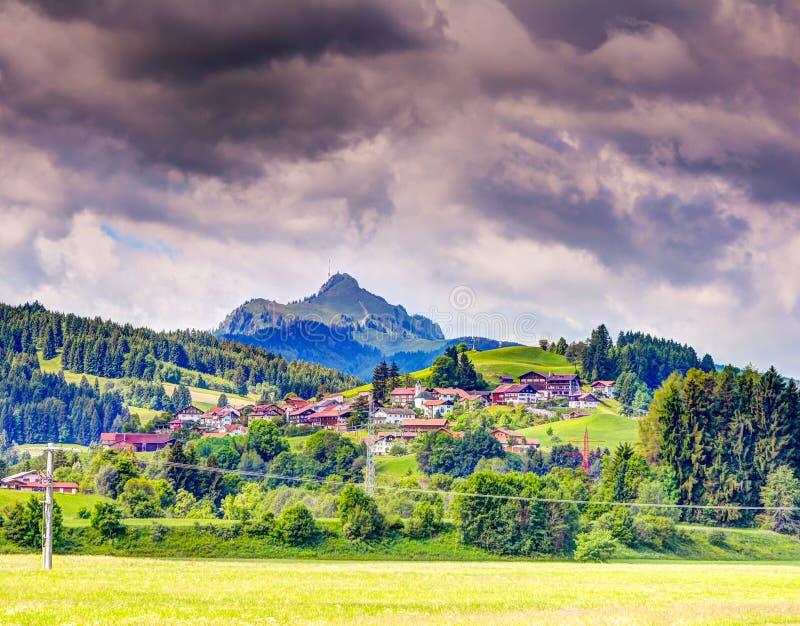 Il villaggio al ¼ di Grà del supporto nten nelle alpi del bavarain fotografia stock