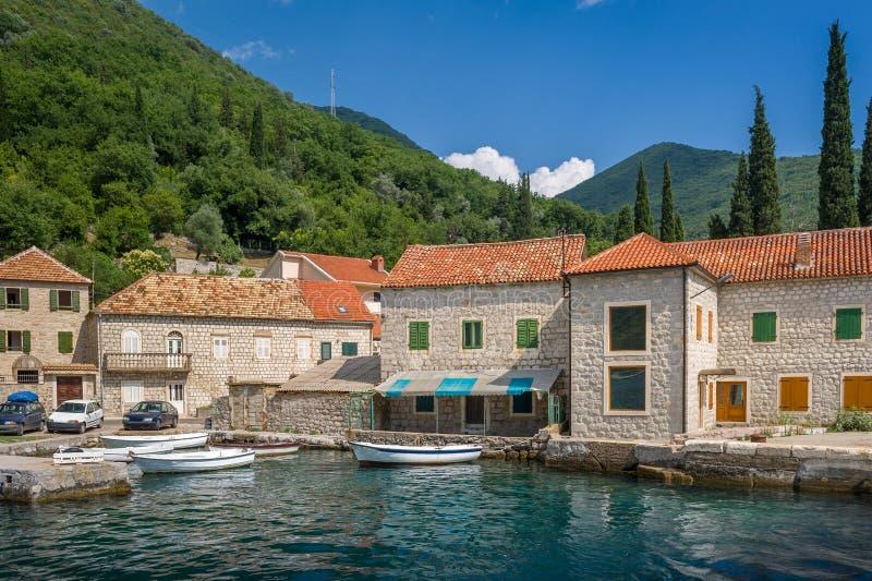 Il villaggio del pescatore anziano di Montenegrian fotografia stock