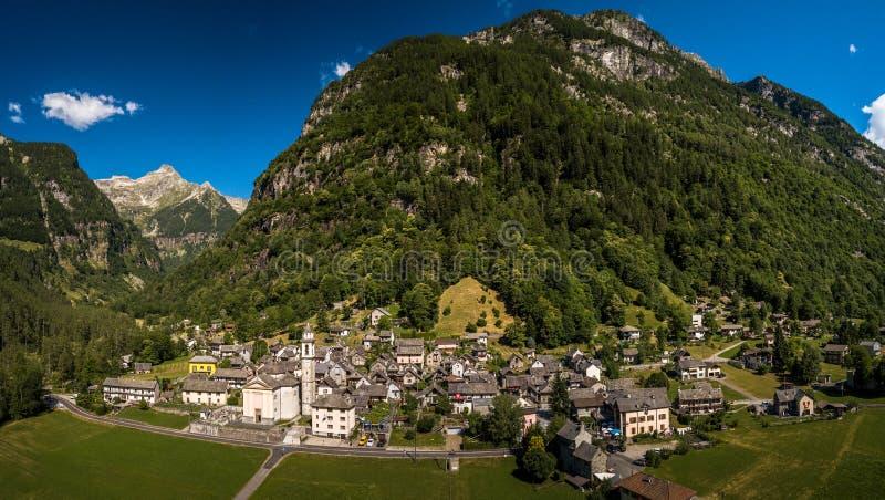 Il villaggio di Sonogno in valle di Verzasca vicino a Locarno fotografie stock libere da diritti