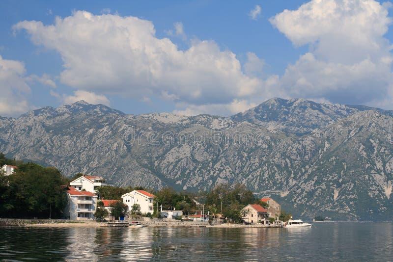 Il villaggio pittoresco Stoliv sulla baia di Cattaro nel Montenegro immagine stock