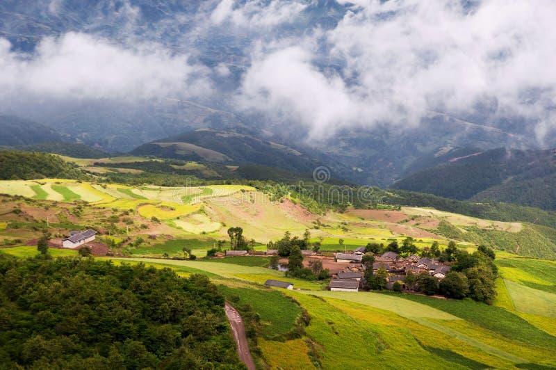 Il villaggio in sole e nuvola immagine stock