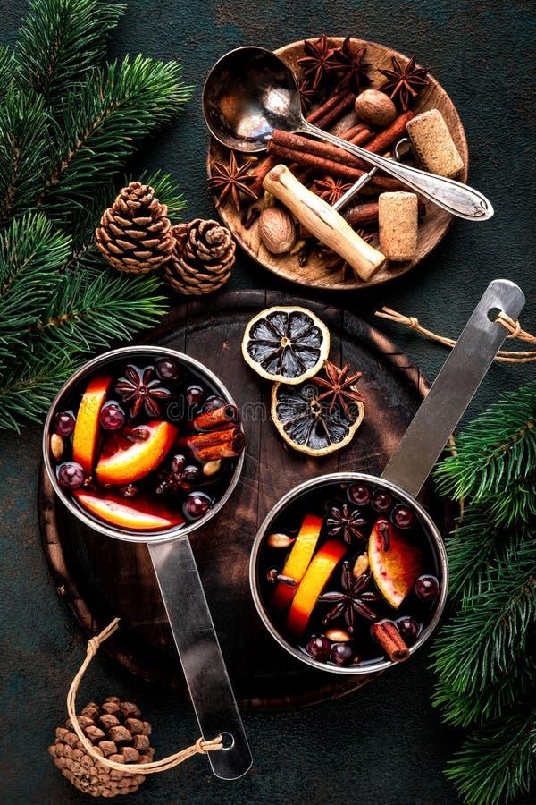 Il vin brulé ha cucinato in casseruola due con le spezie immagini stock libere da diritti