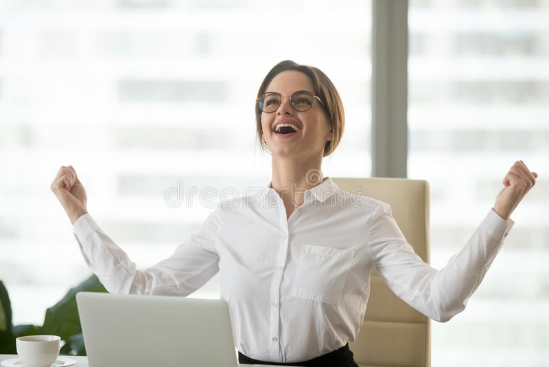 Il vincitore sicuro eccitato della donna di affari che celebra la vittoria gode di immagine stock