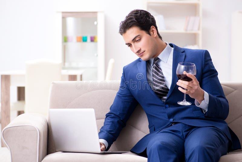 Download Il Vino Bevente Dell'uomo D'affari Che Si Siede A Casa Immagine Stock - Immagine di commercio, caffè: 117975131