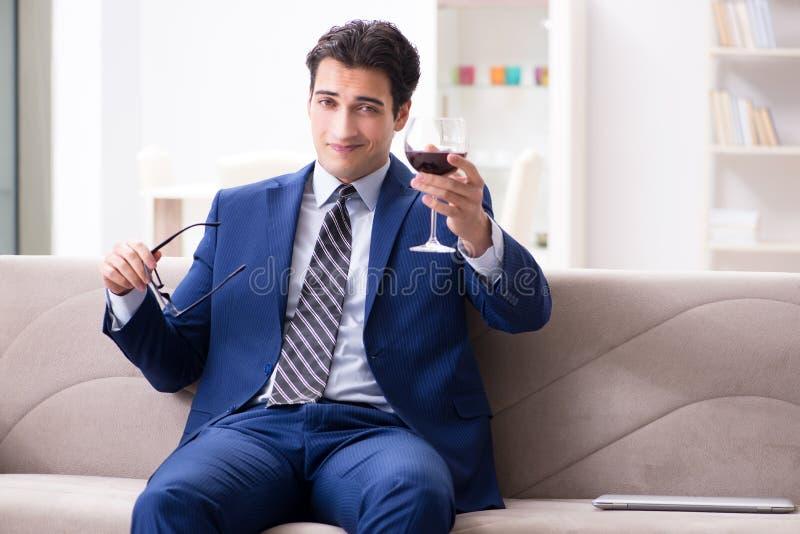 Download Il Vino Bevente Dell'uomo D'affari Che Si Siede A Casa Fotografia Stock - Immagine di attraente, lifestyle: 117975302