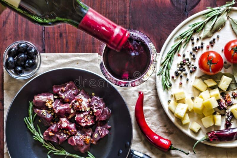 Il vino, canape del formaggio, uomo, versa il vino, spuntino, carne, pomodori ciliegia, cena, vista superiore, primo piano fuoco  fotografie stock