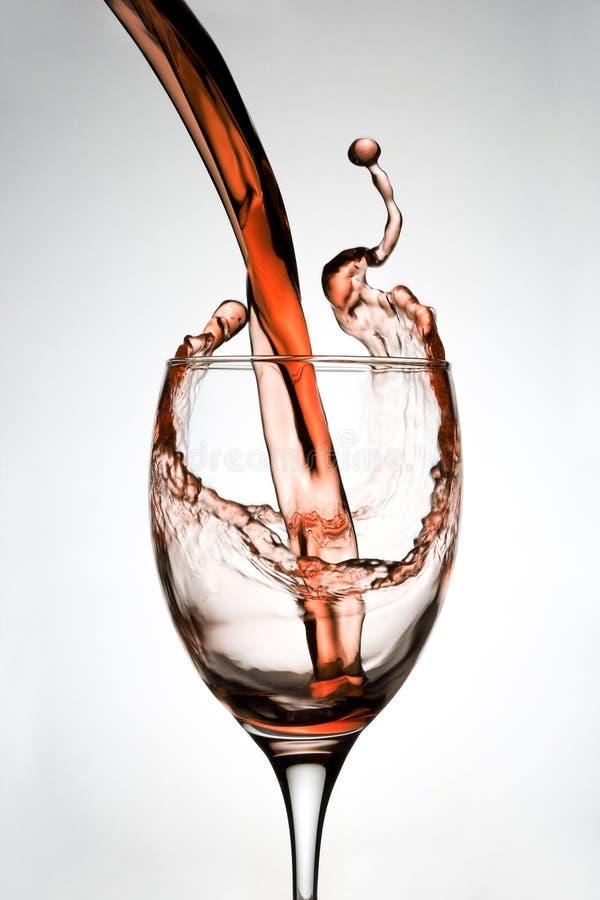 Il vino ha versato in vetro fotografia stock